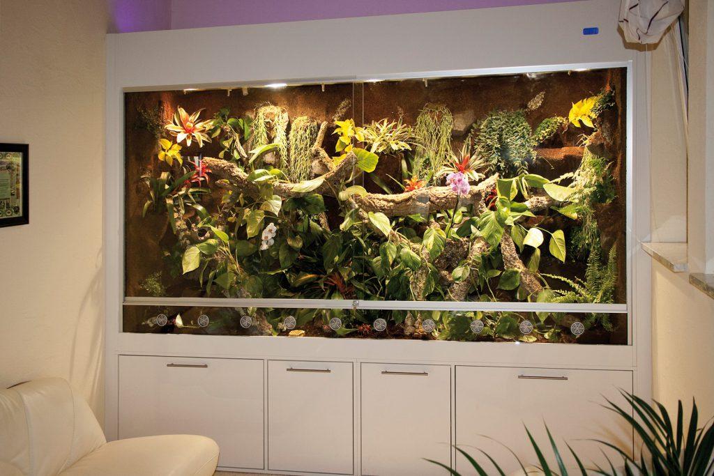 290 cm langes Terrarium, gebaut wie ein Wandschrank von Zimmerseite zu Zimmerseite