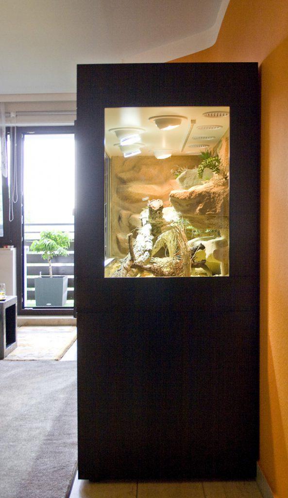 Wüsten-Steppenterrarium Typ S07 mit Festglaselement auf der rechten Seite und im Sonderdekor: 2-fbg. weiß-schwarz