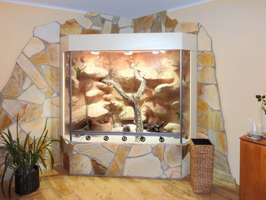 Wüsten-Steppenterrarium in Deltaform mit Natursteinverblendung