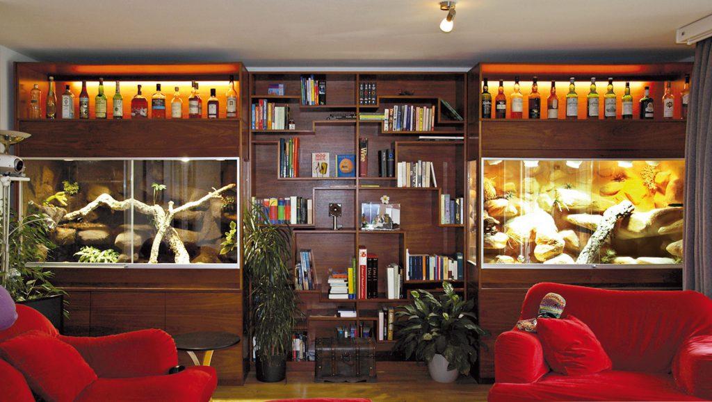 Terrarien als Schrankwände : mit 2 Terrarien, Bücherregal, Barfach etc.: 513 cm lang
