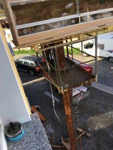 Ein 250 cm langes Terrarium per Hebebühne ins 1. OG